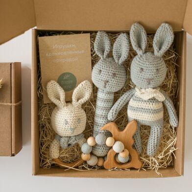 Подарочный набор вязаных игрушек зайцев Oregano Mama из хлопка и дерева